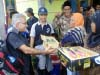 offering-gifts-to-permata-gayo-coop-farmers